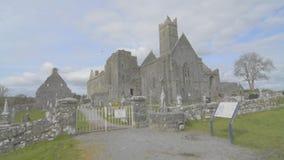 Beroemd Iers oriëntatiepunt, quin abdij, provincie Clare, Ierland stock video
