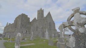 Beroemd Iers oriëntatiepunt, quin abdij, provincie Clare, Ierland stock videobeelden