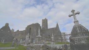 Beroemd Iers oriëntatiepunt, quin abdij, provincie Clare, Ierland stock footage