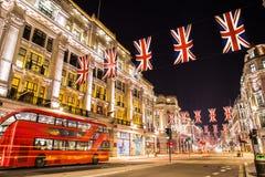 Beroemd Londen Regent Street bij nacht Engeland stock afbeelding