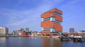 Beroemd MAS museum in Willemsdok in Antwerpen tegen een blauwe hemel, België Stock Afbeelding