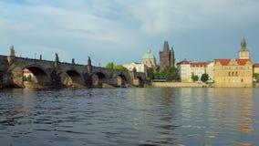 Beroemd middeleeuws Charles Bridge en water van Vltava-rivier in Praag in de lentedag stock video