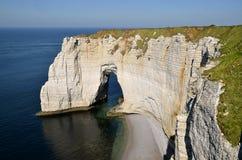 Beroemde natuurlijke arche van Etretat in Frankrijk. Stock Fotografie