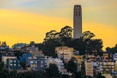 Beroemd San Francisco Coit Tower op Telegraafheuvel bij zonsondergang Royalty-vrije Stock Foto's