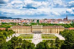 Beroemd Schonbrunn-Paleis met Grote Parterre-tuin in Wenen, Oostenrijk stock afbeeldingen