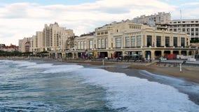 Beroemd strand in Biarritz, zuidwestelijk Frankrijk stock video