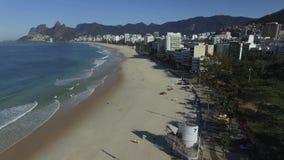 Beroemd strand in de wereld Prachtig strand met surfers Surfersparadijs bij deze vlek De Braziliaanse zomer stock footage