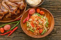 Beroemd Thais voedsel, papajasalade en geroosterde kip stock foto's