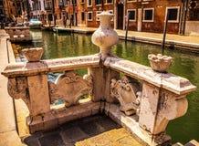 Beroemde architecturale monumenten en kleurrijke voorgevels van oud middeleeuws gebouwenclose-up n Venetië, Italië Stock Afbeelding