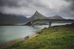 Beroemde architectuur van brug in Fredvang, Lofoten-eilanden, Noorwegen stock fotografie