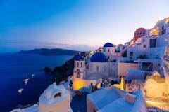 Beroemde blauwe de koepelkerken van Santorini bij nacht, Oia, Santorini, Griekenland Royalty-vrije Stock Afbeeldingen