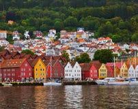 Beroemde Bryggen-straat in Bergen - Noorwegen stock afbeelding
