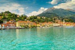 Beroemde cityscape en de bergen van Menaggio op achtergrond, Meer Como, Italië stock afbeelding
