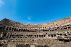 Beroemde colosseum op heldere de zomerdag Stock Foto's