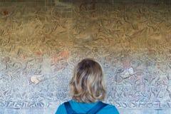 Beroemde die bas reflief in de muur van de tempel van Angkor Wat, werelderfenis en de meesten wordt gesneden bezochten toeristenp stock foto's