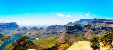 Beroemde Drie Rondavels en andere Bergen die de Blyde-Rivierdam in het Blyde-Natuurreservaat van de Riviercanion omringen Stock Foto's