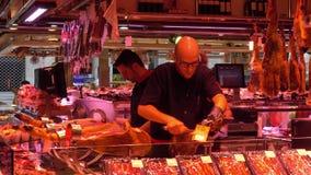 Beroemde en grootste Marktzaal in Barcelona - La Boqueria stock videobeelden