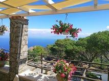 Beroemde Faraglioni-klippen en Thyrreense Zee met bloemen, Capri-eiland, Italië royalty-vrije stock afbeelding