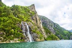 Beroemde Hengjanefossen-waterval die neer uit een steile rotsgezicht in Lysefjord komen Stock Fotografie