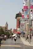 Beroemde het winkelen Wangfujing straat in Peking royalty-vrije stock foto's