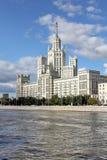 Beroemde high-rise die op Kotelnicheskaya-Dijk voortbouwen royalty-vrije stock foto