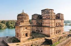 Beroemde historische gebouwen op de Indische rivier Betwa Stock Foto