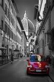 Beroemde historische rode auto in de straat van Florence Kleur in zwart-wit Oud charmant autoconcept stock afbeelding