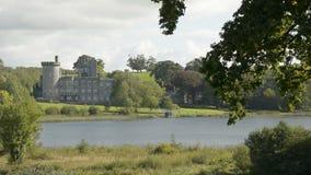 Beroemde Ierse Openbare Kasteel, Dromoland en golfclub, Provincie Clare, Ierland stock footage