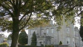 Beroemde Ierse Openbare Kasteel, Dromoland en golfclub, Provincie Clare, Ierland stock video