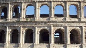 Beroemde Italiaanse aantrekkelijkheid Colosseum in Rome Oud amfitheater Coliseum in hoofdstad van Italië stock footage