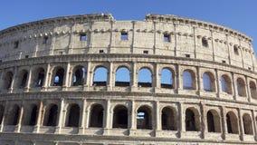 Beroemde Italiaanse aantrekkelijkheid Colosseum in Rome Oud amfitheater Coliseum in hoofdstad van Italië stock videobeelden