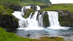 Beroemde Kirkjufell-waterval in IJsland stock video