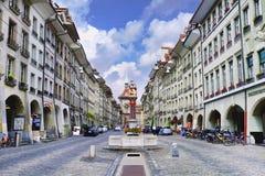 Beroemde Kornhausplatz met mening over Zytglogge, Bern, Zwitserland Royalty-vrije Stock Foto's