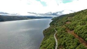 Beroemde Loch Ness lucht geschoten groen Schotland het Verenigd Koninkrijk stock footage