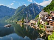 Beroemde mening over het meer en de stad Hallstatt Het mooie ochtendlicht, de meesten bezocht alpien meer stock afbeeldingen