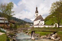 Beroemde mening van de kerk van Ramsau royalty-vrije stock foto