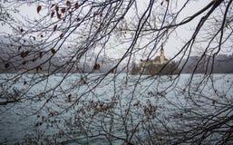 Beroemde mening van eiland met kerk in het midden van Afgetapt Meer Stock Foto's
