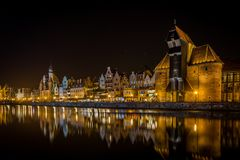Beroemde middeleeuwse kraan in Gdansk, Polen in de nacht met toneelbezinning over water - kanaal van oude Motlawa royalty-vrije stock foto