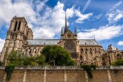 Beroemde Notre-Dame de Pariskathedraal onder mooie hemel royalty-vrije stock afbeeldingen