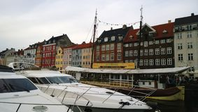 Beroemde Nyhavn in Kopenhagen, met restaurants en dure boten op het water stock foto