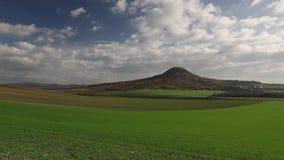 Beroemde Oblik-heuvel in de herfst stock footage