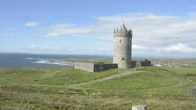 Beroemde openbare aantrekkelijkheid in Ierland Doonagorekasteel in Provincie Clare op de wilde Atlantische manierroute stock videobeelden