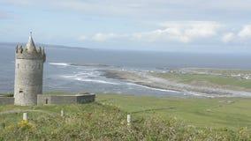 Beroemde openbare aantrekkelijkheid in Ierland Doonagorekasteel in Provincie Clare op de wilde Atlantische manierroute stock footage