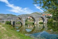 Beroemde oude boogbrug in Trebinje, Bosnië-Herzegovina Royalty-vrije Stock Foto