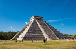 Beroemde piramide tegen blauwe hemel bij oude Mayan ruïnes van Chichen Itza in Mexico royalty-vrije stock foto's