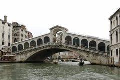 Beroemde Rialto Bridge Ponte Di Rialto is één van de vier bruggen die Grand Canal in Venetië overspannen stock afbeelding