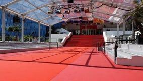 Beroemde rode tapijttrap in Palais Des Festivals Et Des Congres In Cannes stock footage
