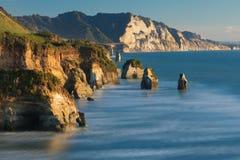 Beroemde rotsen ` Drie Zusters ` op het Eiland van het Vreedzame kustnoorden, Nieuw Zeeland Het concept ecologisch, actief en pho stock afbeeldingen