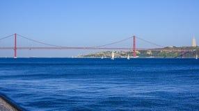 Beroemde 25ste April Bridge over Rivier Taag in de Brug van akasalazar van Lissabon Royalty-vrije Stock Afbeelding