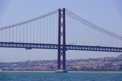 Beroemde 25ste April Bridge over Rivier Taag in de Brug van akasalazar van Lissabon - LISSABON - PORTUGAL - JUNI 17, 2017 Stock Foto's